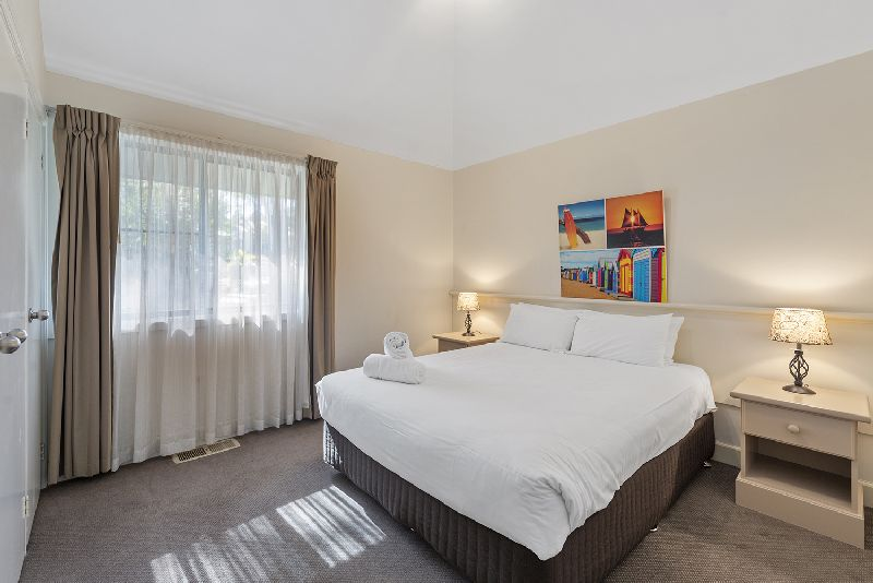 30 Kingfisher Circuit Bed1