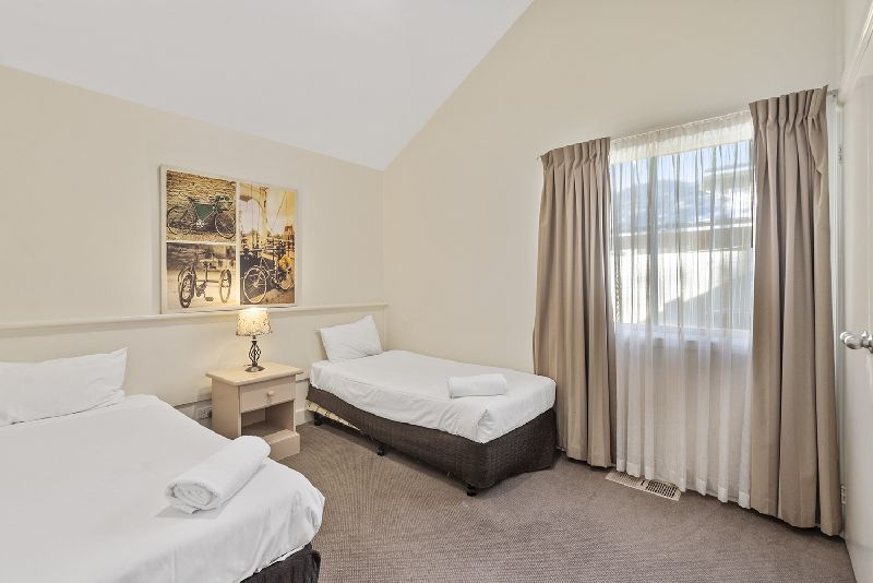30 Kingfisher Circuit Bed2
